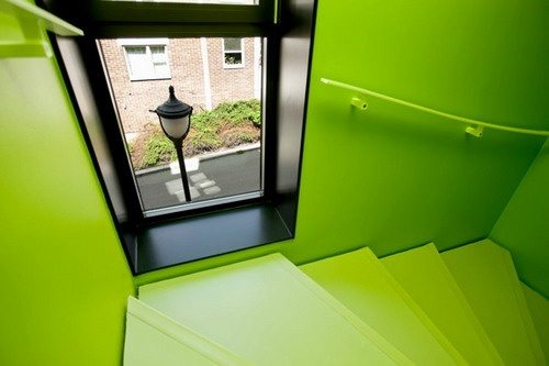 Черно-зеленая лестница
