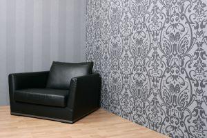 Чёрное кресло на серебристом фоне