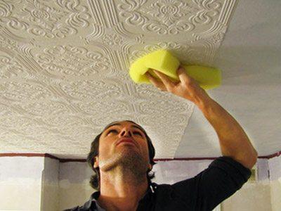 Чистая и слегка увлажненная губка станет незаменимой при процессе монтажа обоев