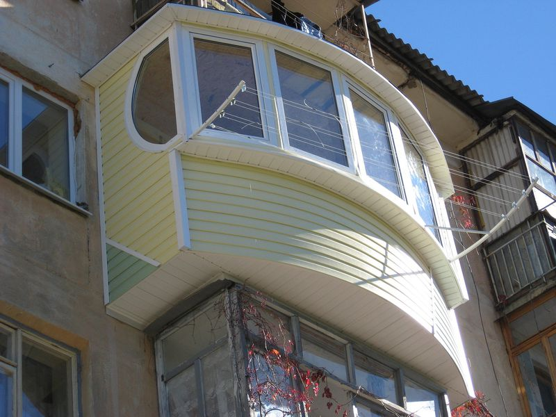 Что только не создают умельцы своими силами – обычный квадратный балкон для них слишком просто