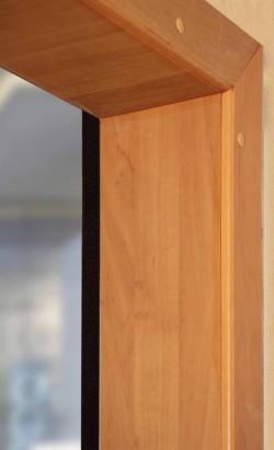 Чтобы дверь стала настоящим украшением жилища, необходимо позаботиться о её обрамлении