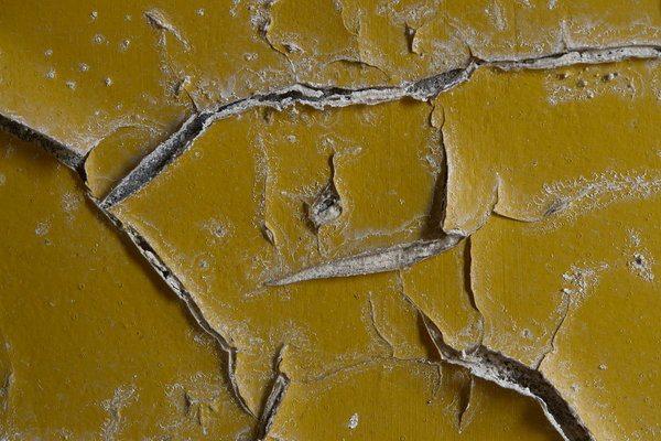 Чтобы избежать подобных последствий, перед тем, как красить стены в квартире, следует правильно подобрать материал и подготовить поверхность.
