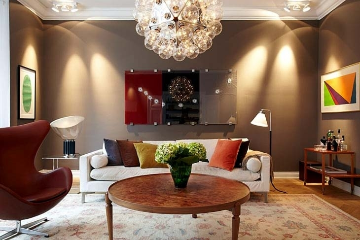 Чтобы шоколадные стены не оказывали гнетущего влияния, необходимо использовать светлые аксессуары, как на фото, и делать качественное освещение