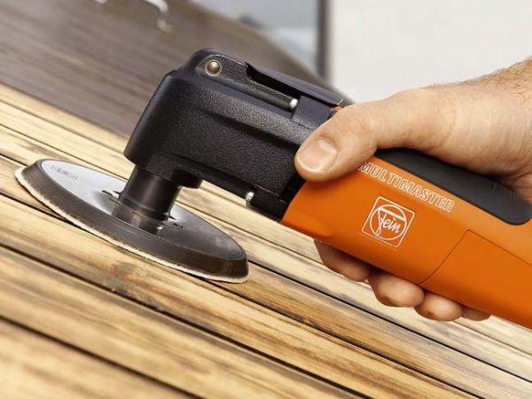 Чтобы состав проник внутрь волокон, древесину нужно зашпатлевать