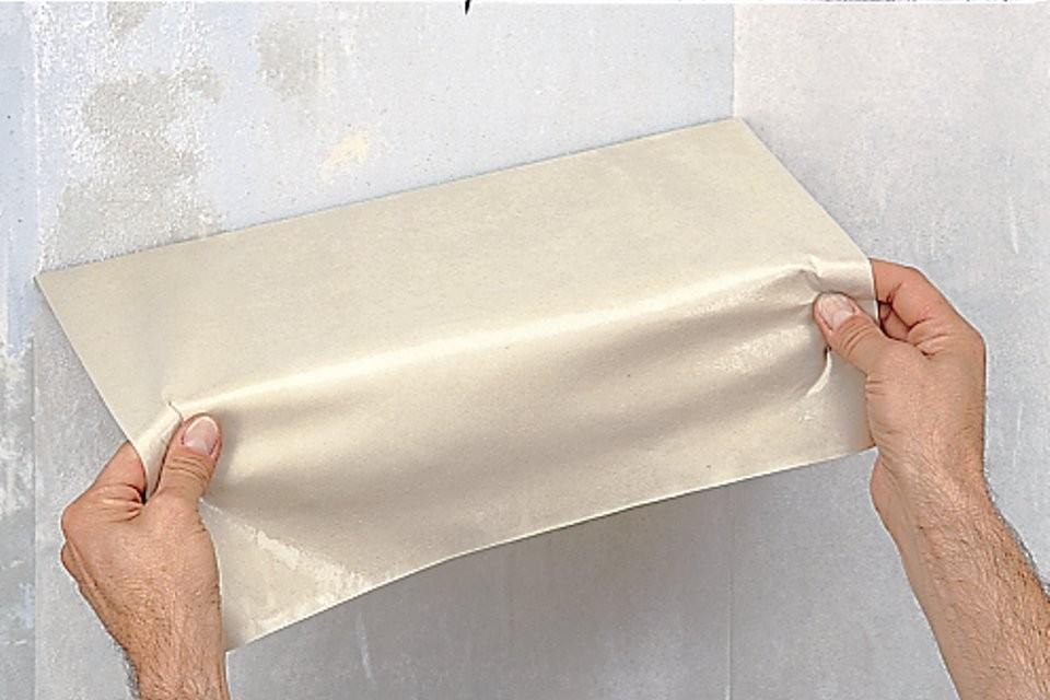 Чтобы знать, как снять старые бумажные обои, следует воспользоваться опытом профессиональных отделочников.
