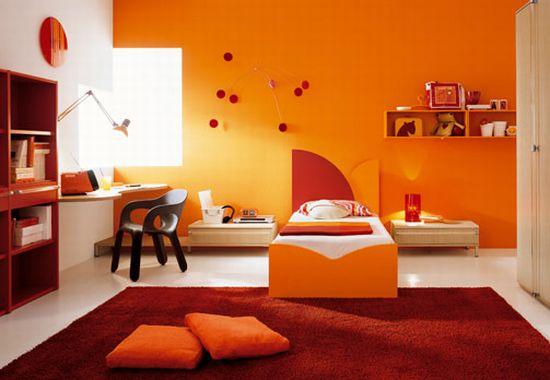 Даже одна стена, оформленная под цвет апельсина, способна разнообразить и оживить любую комнату