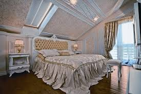 Даже простейшие обои в светлых тонах могут визуально расширить комнату