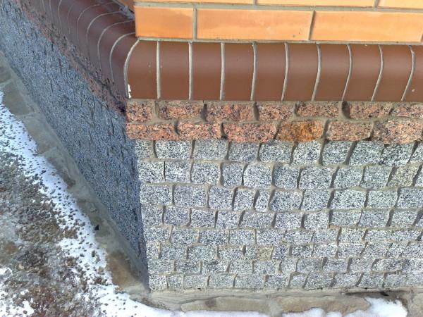Даже самый простой природный камень имеет хороший внешний вид и отлично подойдет для оформления цокольных этажей снаружи