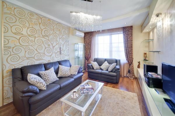 Декор стен обоями в гостиной должен обязательно поддерживаться декором мебели, источников света, вспомогательными аксессуарами