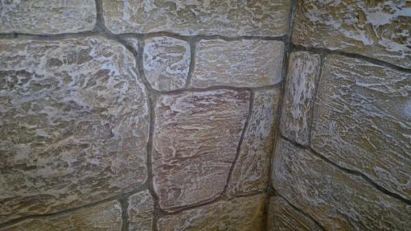 Декоративная отделка стен под камень при правильном окрашивании может приобрести старинный вид