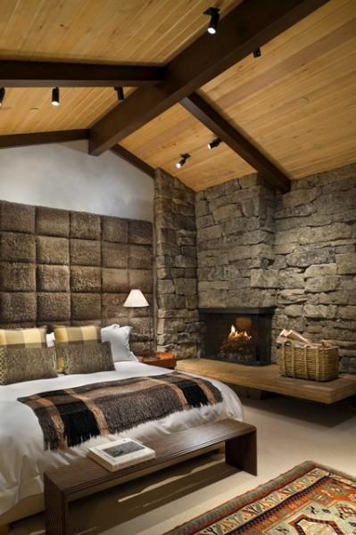 Декоративная отделка стен под крупный камень и деревянные потолки с крупными балками создают впечатление уголка современного трактира (фото «F»)