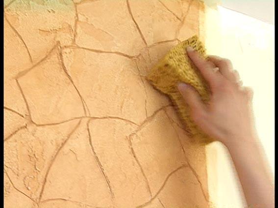Декоративная штукатурка отлично смотрится на стене и хорошо моется