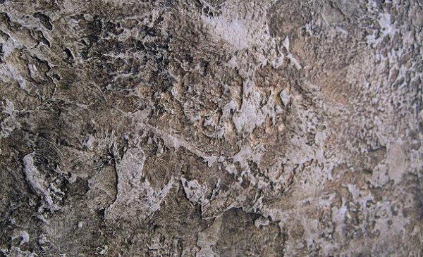Декоративная штукатурка рваный камень в интерьере