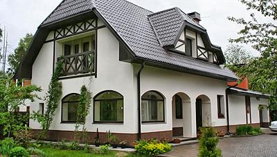 Декоративная штукатурка создает прекрасный внешний вид дома.
