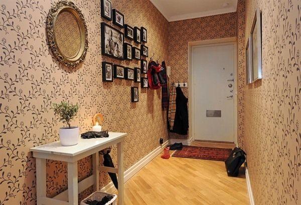 Декоративное оформление прихожей в жилой квартире.