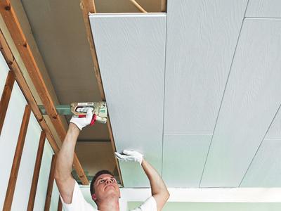 Декоративными панелями можно покрывать и потолок.