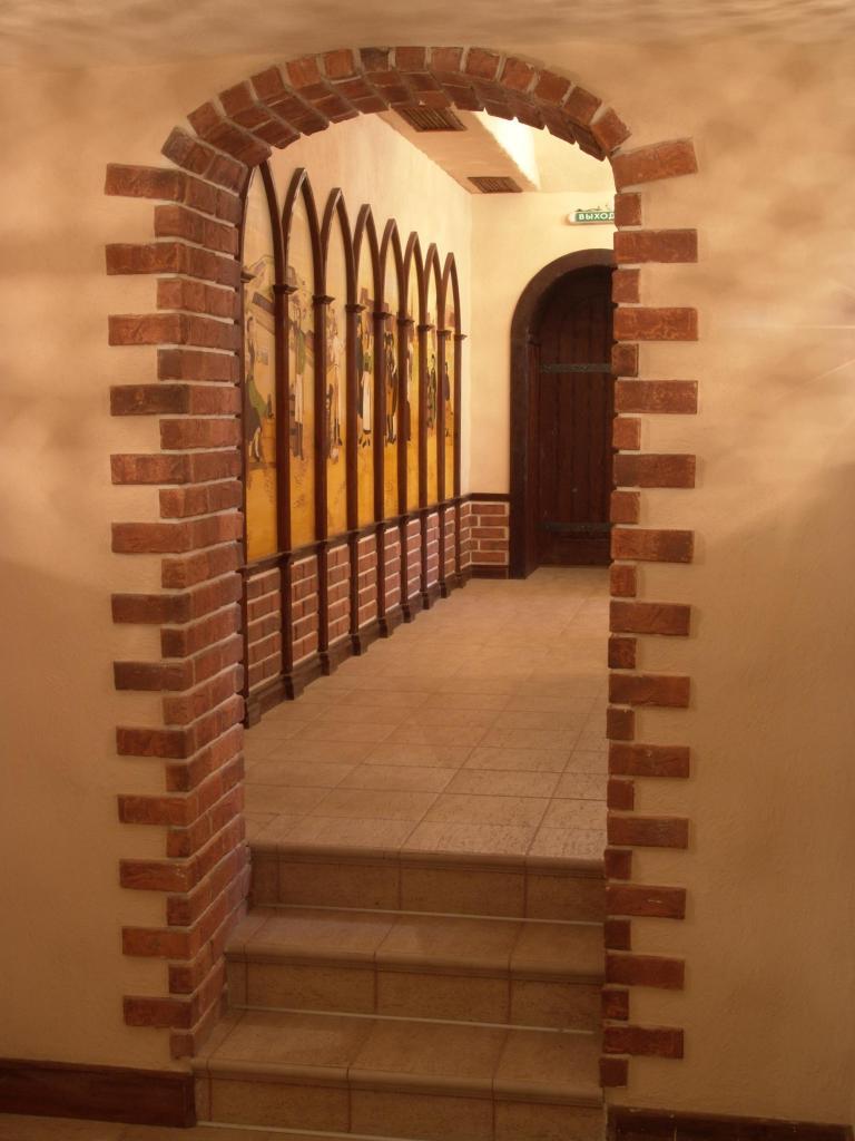 Декоративный отделочный камень на межкомнатной арке.