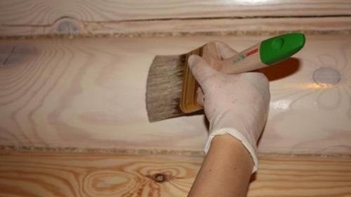 Деревянную стену можно покрасить, но этого порой недостаточно