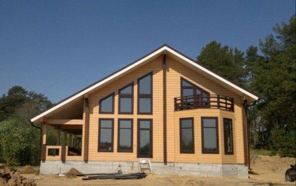 Деревянный дом, окрашенный воднодисперсным составом