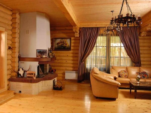 Деревянный потолок смотрится наиболее органично в срубе