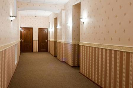 Дизайн длинных коридоров лучше выполнять в светлых оттенках, чтобы сократить затраты на освещение