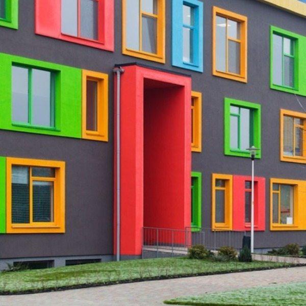 Дизайн фасада привлекает взгляд сочностью и разнообразием красок.
