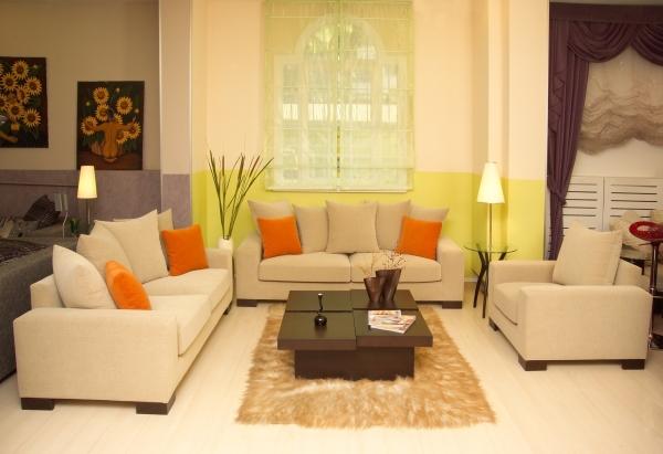 Дизайн поклейки обоев в зале должен идеально сочетаться с дизайном всех остальных элементов интерьера от пола и мебели до потолка