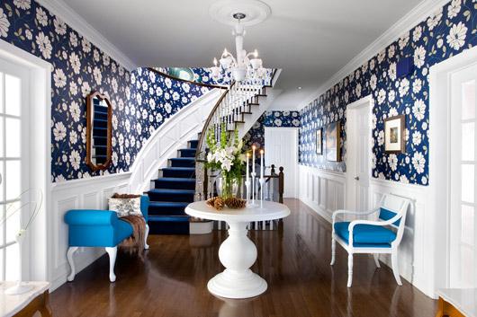 Дизайнерское оформление большой прихожей в частном доме с использованием нескольких материалов и различных декоративных элементов