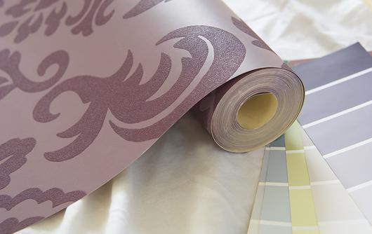 Для бумажных шпалер характерен высокий декоративный потенциал. А вот служат они сравнительно недолго.