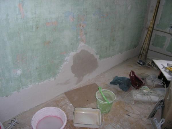 Для качественного произведения работ стоит максимально удалить старую поверхность, чтобы она не ослабляла сцепление