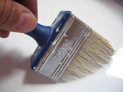 Для материала характерна значительная густота, так что наносить его нужно кистью