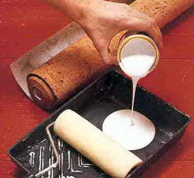 Для оклеивания больших поверхностей пригодится емкость для раствора и валик.