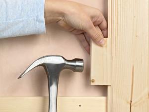 Для подбивки досок используем небольшой деревянный отрезок.