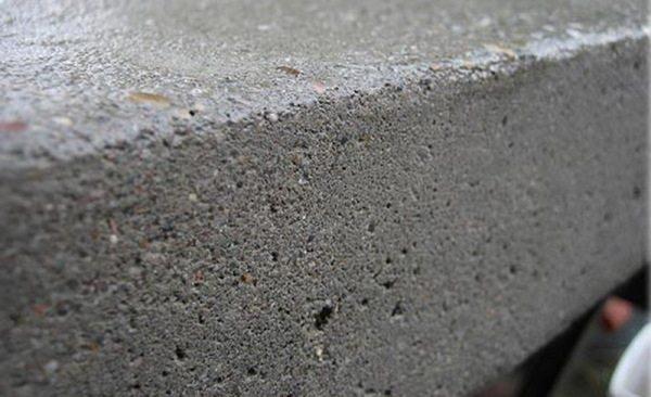 Для пористых оснований (на фото) скорость полимеризации снижается
