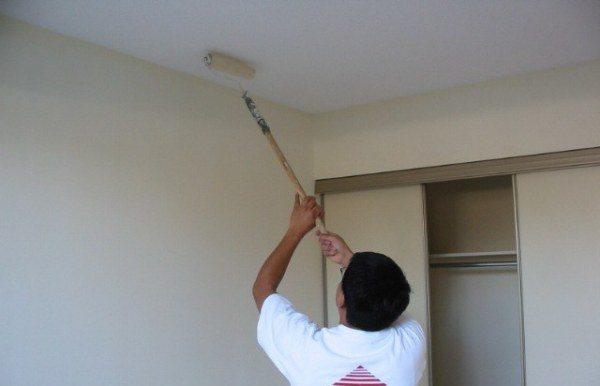 Для работы на потолке воспользуйтесь валиком с длинной ручкой (как на фото)
