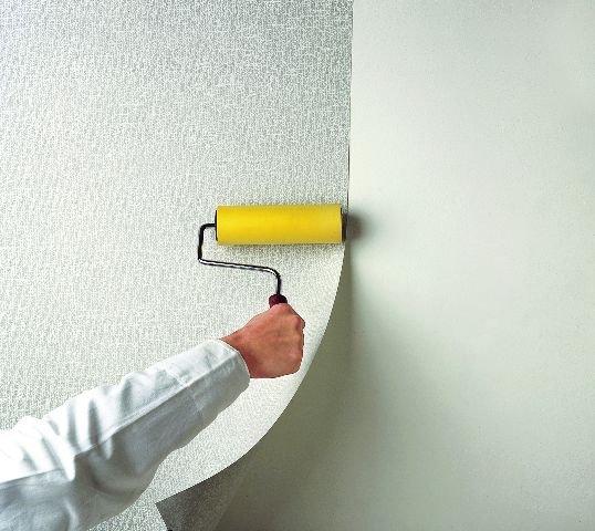 Для разглаживания полосы и удаления пузырей воздуха используется поролоновый валик.