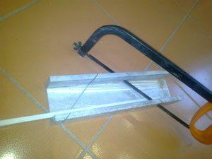 Для резки планок под углами в 90 и 45 градусов используйте стусло.