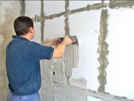 Для увеличения адгезии или для защиты от слишком активного воздействия клея поверхность грунтуется и шпаклюется