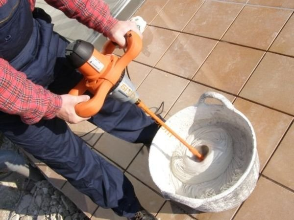 Для замешивания раствора воспользуйтесь строительным миксером. Это значительно ускорит процесс