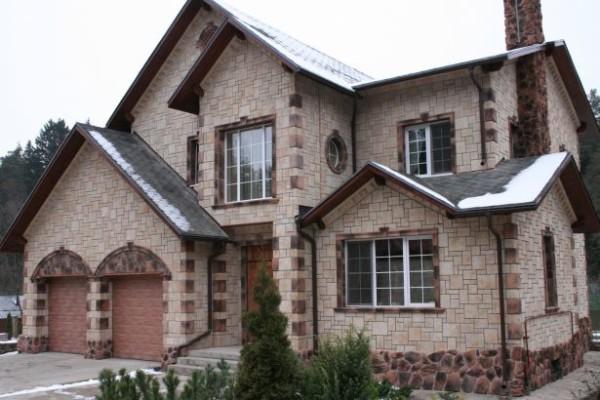 Дом облицованный искусственным камнем