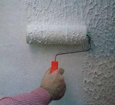 Довольно часто мастера прибегают к использованию жидких или фактурных обоев, которые по своему составу очень напоминают краску и даже имеют схожую технологию монтажа