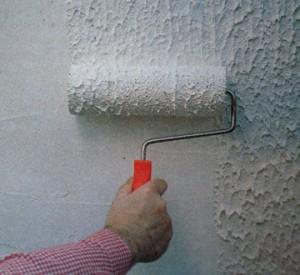 Довольно часто в таких помещениях используют обои под покраску, которые покрывают влагоотталкивающим составом в виде латексных или резиновых красителей