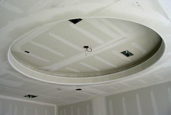 Двухуровневый потолок из гипсокартона в процессе монтажа.