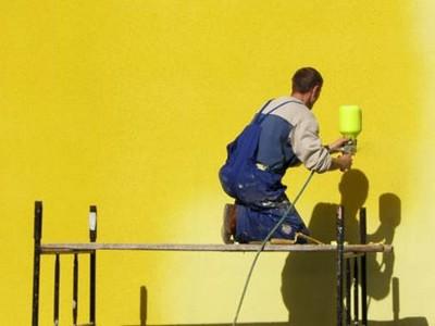 Если красить пульверизатором, расход материала будет меньше.
