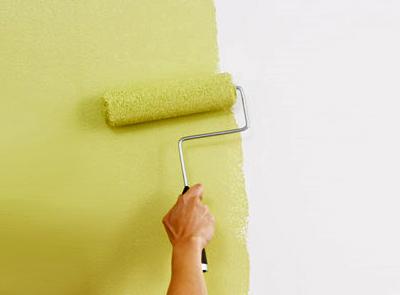 Если на финишный слой шпаклевки был наложен грунт, то краска распределиться по поверхности равномерно, и будет достаточно всего одного слоя