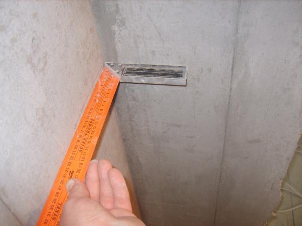 Если необходимо – ровняем стены штукатуркой или шпаклевкой.