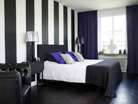Если уж выбирать полосатые обои в спальне для ещё контрастных цветов, то пусть полосы будут как можно шире («В»)