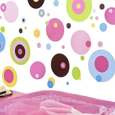 Если вы никак не можете выбрать для детской обои – круги на стену могут стать тем самым вариантом, который позволит сделать помещение необычным