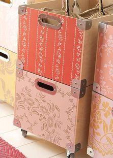 Фанерные ящики для хранения вещей легко можно декорировать остатками бумажных обоев