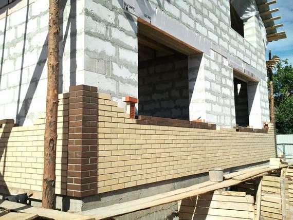 Фасад выкладывается из клинкерного кирпича и утепляется.